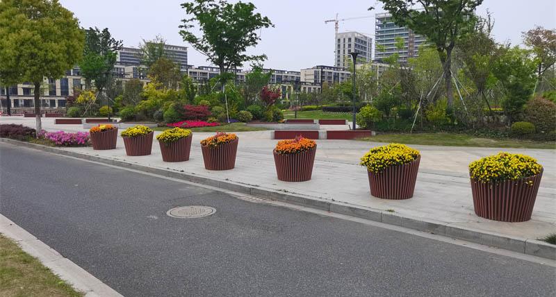 市政道路护栏花箱的作用_市政道路花箱的材质_道路花箱的特点