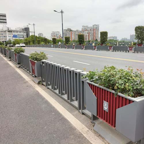 中国红铁艺道路钣金花箱