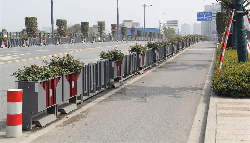 机非隔离花箱在道路绿化中如何使用?